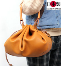 遊び心満載の巾着型レディースバッグ(牛革)